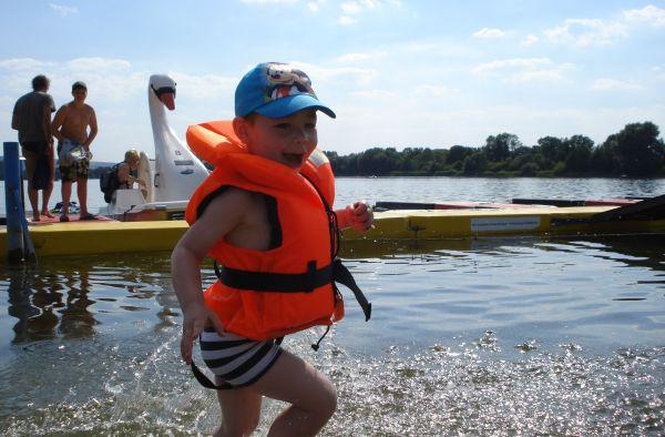 Die kleinen Gäste bekommen während der fahrt eine Schwimmweste, das Sie auch Spaß an der fahrt und baden haben.
