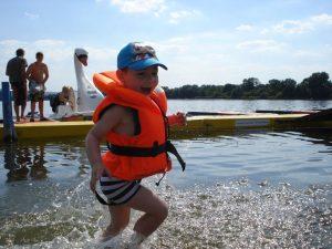 Die kleine Gäste bekommen während der fahrt eine Schwimmweste das die Spaß am fahrt und baden haben